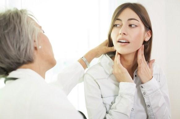 """Hati-hati dengan kanker limfoma. """"Kanker Limfoma Hodgkin adalah kanker yang menyerang sistem kelenjar getah bening yang merupakan bagian dari sistem kekebalan tubuh,"""" jelas Prof. Dr. dr. Arry H. Reksodiputro, SpPDKHOM, Ketua Perhimpunan Hematologi-Onkologi Medik (PERHOMPEDIN). Sehingga jangan dianggap sepele karena penyebarannya relatif cepat. Penyakit ini dapat menyerang siapa saja. Meski begitu data menunjukkan mayoritas penderitanya ada pada kelompok usia remaja dan dewasa muda. Lebih dari sepertiga kasus ditemukan pada usia 15-30 tahun1 dan menyumbang sekitar 20 persen dari total jumlah kasus limfoma. Secara global, lebih dari 62.000 orang terdiagnosa Limfoma Hodgkin dimana sekitar 25.000 orang meninggal setiap tahunnya akibat penyakit ini. Di Indonesia, angka kasus baru Limfoma Hodgkin pada tahun 2012 mencapai sebesar 1.168, dengan jumlah kematian sebesar 687. Menurut data Globocan, angka ini diprediksi akan mengalami peningkatan di tahun 2020, dengan kasus baru sebesar 1.313 serta angka kematian sebesar 811. Angka kematian yang tinggi di Indonesia terkait erat dengan keterlambatan pendeteksian, sehingga mengakibatkan sebagian besar kasus kanker sudah berada pada stadium lanjut. """"Sayangnya, karena tidak umum, banyak masyarakat tidak mengenal faktor risiko dan gejalanya,"""" tambah Arry H. Reksodiputro dalam jumpa pers yang digelar di Hotel Gran Melia, Kuningan, Jakartra Selatan dalam rilisnya (17/1/2018). Padahal, 80 persen dari kasus Limfoma Hodgkin dapat disembuhkan melalui kemoterapi jika terdeteksi dini. """"Untuk itu, penting untuk tidak meremehkan benjolan pada tubuh, meski ukurannya kecil,"""" tambahnya. Penyebab, Gejala dan Faktor Risiko Gejala paling umum dari Limfoma Hodgkin diantaranya benjolan pada kelenjar getah bening yang ditemui di daerah leher, ketiak dan pangkal paha. Gejala lainnya termasuk demam atau meriang, berkeringat di malam hari, penurunan berat badan tanpa penyebab yang jelas hingga sebesar 10 persen atau lebih, kelelahan yang berlebihan dan k"""