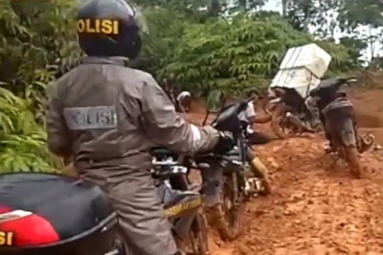 Polisi bertugas mengamankan pengiriman kotak suara