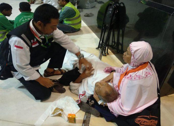 Petugas menangani calon jemaah haji yang sakit di Mekkah