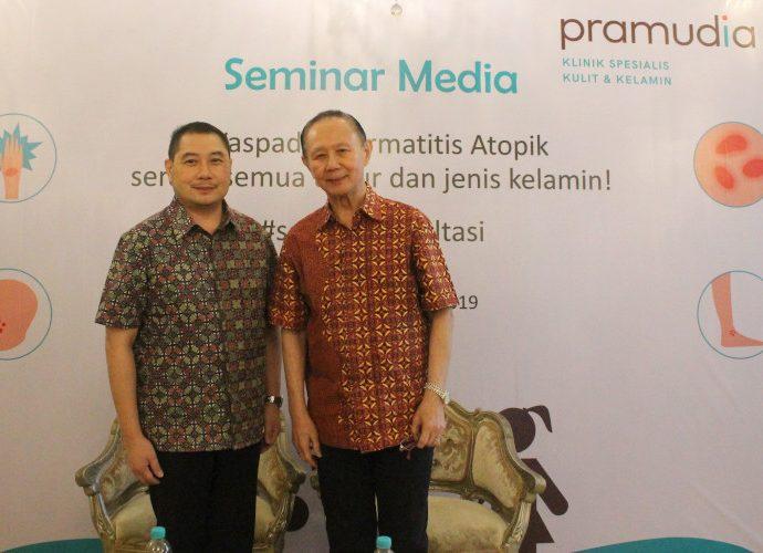 dr Anthony (kiri) dalam seminar soal penyakit kulit