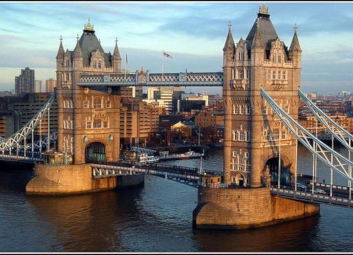 Salah satu Jembatan di Sungai Thames