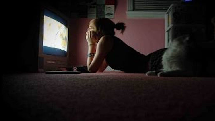 Anak perempuan nonton televisi