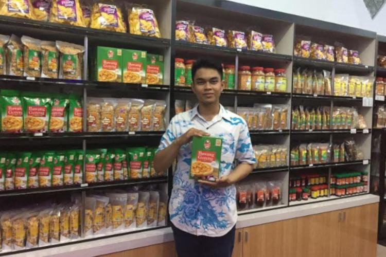 Adi di depan produk bawang Goreng Mbok Sri