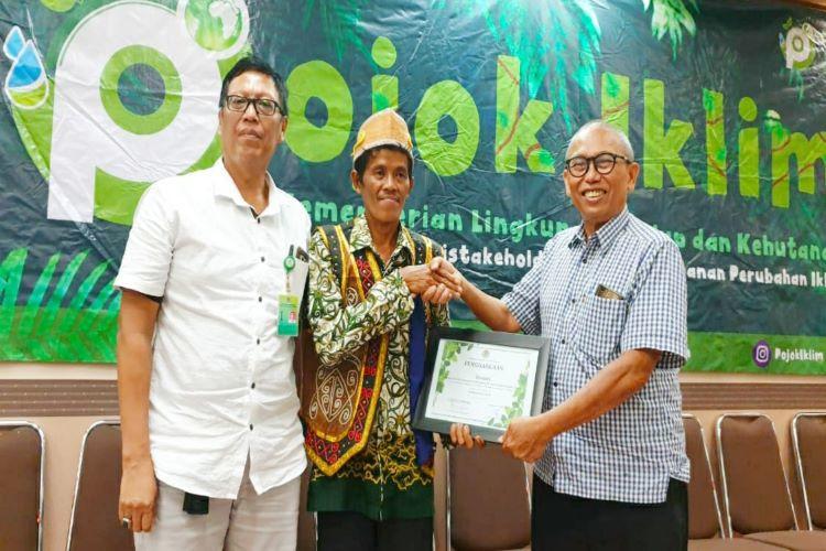 Daniel (tengah) menerima penghargaan dari APP