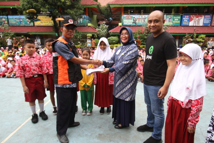 Gojek Bagikan seragam sekolah kepada korban bannir DKI Jakarta