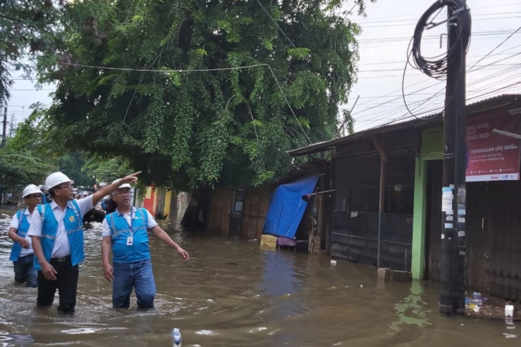 Pemeriksaan listrik daerah terdampak banjir