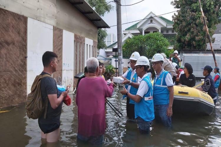 sambil memeriksa listrik, petugas PLN beri sumbangan korban banjir