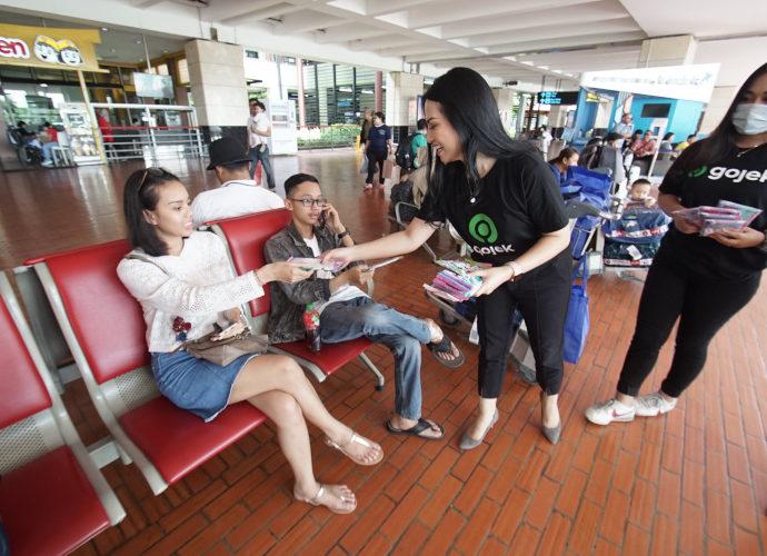 Gojek Bagikan masker di bandara