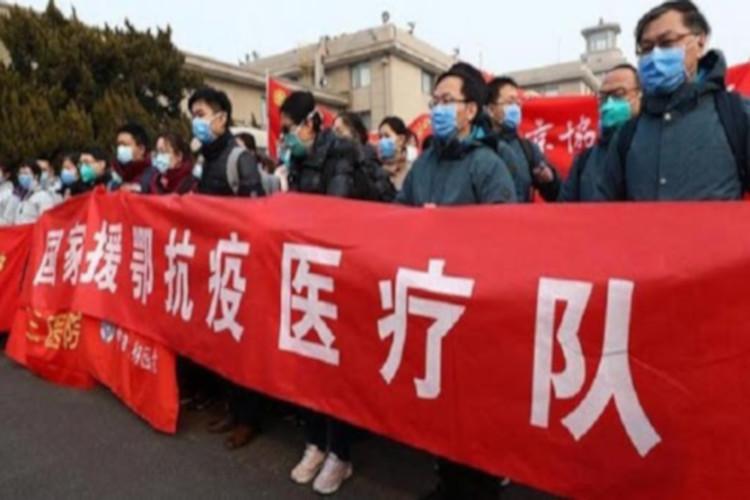 Warga Cina memakai masker
