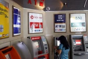 nasabah bertransaksi di salah satu gerai ATM CENTER