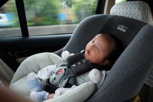 Anak ditinggal di dalam mobil